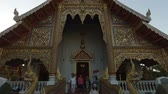 spletitý : CHIANG MAI. THAILAND - JAN 2018: Worshippers exiting Wat Phra Singh Woramahaviharn after a religious service.