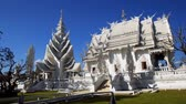 spletitý : CHIANG RAI. THAILAND - JAN 2018: Wat Rong Khun. with its Unique. Sculpted Architecture. in Chiang Rai. Thailand. Stock footage 4k Dostupné videozáznamy
