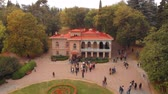 alvenaria : TSINANDALI. GEORGIA - OCT 2018: Crowd of Tourists Visiting the Chavchavadze Residence. from an Aerial Perspective. Video UltraHD 4k