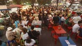 стенды : CHIANG MAI. THAILAND JAN 2018: Crowd of Customers at an Outdoor Dining Area of a Local Street Food Market. Video UltraHD 4k