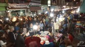 сувениры : CHIANG MAI. THAILAND JAN 2018: Crowd of Tourists Shopping at a Popular Night Market. Video UltraHD 4k with Sound Стоковые видеозаписи