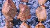 molhos : Meat shashlik or shish kebab preparing on metal skewers in fume, horizontal macro panorama Vídeos