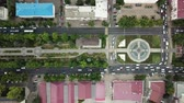 автомагистраль : Summer 2018 aerial drone footage of rooftops and streets in the center of Krasnodar city, Russia. Top down view of traffic jam. Стоковые видеозаписи