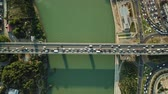 на камеру : Aerial Drone Flight View of freeway busy city rush hour heavy traffic jam highway, .  Aerial view of the vehicular intersection,  traffic at peak hour with cars on the road and on the bridge.
