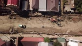 работать : Aerial construction site with machinery, bulldozer, excavation.