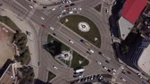 Zoom in urban road with traffic cars, top down view of roundabout Vidéos Libres De Droits