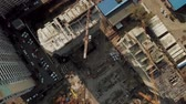 grues : Top view zoom out of construction site during work hours Vidéos Libres De Droits