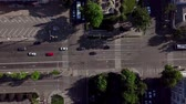 diretamente acima : Drones Eye View - Aerial view of the vehicular intersection, fly under trees. Stock Footage