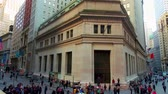 finanças : NEW YORK CITY, USA - OCT 30, 2018: Wall Street panorama view timelapse with skyscrapers as the famous financial district in downtown Manhattan. Vídeos