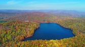barvy : Aerial view of lake in Autumn with colorful foliage Dostupné videozáznamy