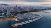 helicóptero : Aerial view of yacht and coast view with office buildings and Barcelona skyline in Spain. Vídeos
