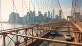 zonsondergang : New York City - 28 september 2018: Zwaar verkeer op Brooklyn Bridge bij zonsondergang. New York City is de meest bevolkte stad in de Verenigde Staten.