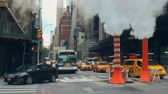 straat : New York City - 28 september 2018: Street view met wolkenkrabber schoorsteen en verkeer. New York City is de dichtstbevolkte stad in de Verenigde Staten.