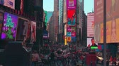 reclame : New York City - 28 september 2018: Times square met druk verkeersbord en mensen. New York City is de dichtstbevolkte stad in de Verenigde Staten. Stockvideo