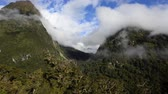 nuvens : Landscape of mountains in Fiordland, New Zealand