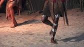 абориген : Yirrganydji Aboriginal women dance to Aboriginal music, during Aboriginal culture show in Queensland, Australia.