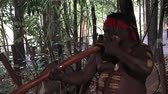 абориген : Yirrganydji Aboriginal man explain about didgeridoo during cultural show in Queensland, Australia.