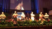 společenství : Maori culture show during New Zealand Citizenship Ceremony in Auckland Town Hall. The number of citizens wanting to move to New Zealand from all over the world has increased considerably from 41K in 1979 to 122K in 2015. Dostupné videozáznamy