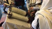 manevi : Jewish people reading from the Torah Aliyah Blessings during the High Holidays. Reading the Torah is one of the bases for Jewish life. Stok Video