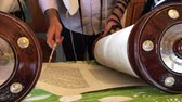 zsidóság : Jewish men praying from the Torah together. Reading the Torah is one of the bases for Jewish life.