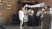 обычай : Jewish bridegroom breaks glass in Orthodox Jewish wedding ceremony in a synagogue.Jewish wedding is a wedding ceremony that follows Jewish laws and traditions