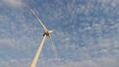 ??ken : The blades of the wind station are spinning against the beautiful blue sky with feathery clouds on a sunny day. Wind energy. Stock Footage