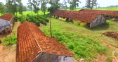špatně : House very simple and poorly cared for a poor farm in Brazil