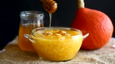 mousse raser : Pumpkin porridge with raisins and honey Stock Footage