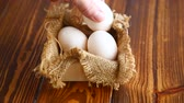 casca de ovo : box full of burlap with eggs