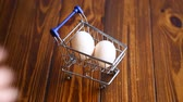 casca de ovo : shopping cart full with eggs