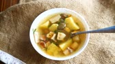 inclinar : Fresh vegetable soup with forest mushrooms Vídeos