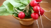 turp : fresh organic red radish on a wooden table Stok Video