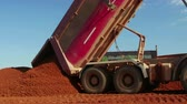 hidráulico : Dumper truck unloading ore for manufacturing plant
