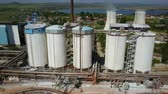 fabrika : Aluminium hydroxide storage containers, aerial view Stok Video