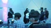 vitrine : Los Angeles, Verenigde Staten - 11 september 2016: Men probeert virtual reality Samsung Gear VR-headset tijdens VRLA Expo Winter, virtual reality expositie, op het Los Angeles Convention Center. Stockvideo