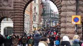 kolumna : Crowded street at Riksplan square in Stockholm, Sweden