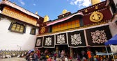 divórcio : Pilgrams Praying In Front Of The Jokhang Temple In Lhasa,Tibet. Stock Footage