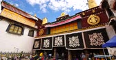 divórcio : 4k Pilgrams Praying In Front Of The Jokhang Temple In Lhasa,Tibet. Stock Footage