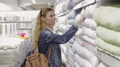 cartn corrugado : Young woman chooses goods in the supermarket Stock Footage