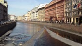 yapılı yapı : SAINT PETERSBURG, RUSSIA - MARCH 18, 2015:  Floating Ice Debacle on Moyka River in St.Petersburg, which is known as Northern Venice Stok Video