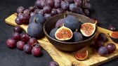vinná réva : Ripe Grapes and Figs on dark concrete background