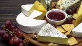рокфор : Video of various types of cheese - parmesan, brie, roquefort