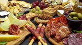 salsicha : Meat and cheese plate antipasti snack with Prosciutto, melon, grapes and cheese
