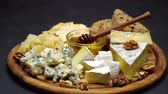 füge : Video of various types of cheese - parmesan, brie, cheddar