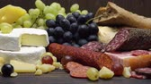 salsicha : Video of various types of cheese and sausage - parmesan, brie, roquefort Stock Footage