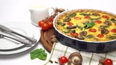 krem peynir : Baked homemade quiche pie in ceramic baking form Stok Video
