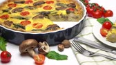 fesleğen : Baked homemade quiche pie in ceramic baking form Stok Video