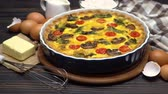 espinafre : Baked homemade quiche pie in ceramic baking form, eggs and cream