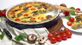 espinafre : Baked homemade quiche pie in ceramic baking form Stock Footage