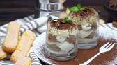 grano de cafe : Classic tiramisu dessert in a glass on wooden background Archivo de Video